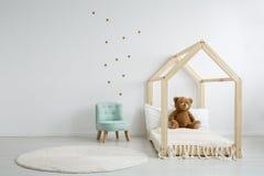 Elegante elegante stoel in slaapkamer Stock Fotografie
