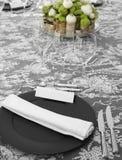 Elegante Tabelle eingestellt mit Blumendekoration Stockbild