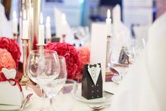 Elegante Tabelle stellte für weich heiraten oder Ereignispartei im Rot und in PU ein lizenzfreie stockfotos