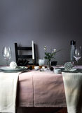 Elegante Tabellen-Einstellung Weihnachten romantisches Abendessen - Tischdecke, Tischbesteck, Kerzen, Blumen, Knospen Stockfotos