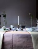 Elegante Tabellen-Einstellung Weihnachten romantisches Abendessen - Tischdecke, Tischbesteck, Kerzen, Blumen, Knospen Lizenzfreie Stockfotografie