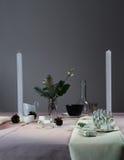 Elegante Tabellen-Einstellung Weihnachten romantisches Abendessen - Tischdecke, Tischbesteck, Kerzen, Blumen, Knospen Stockfoto