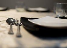 Elegante Teller auf einer Tabelle Stockbild
