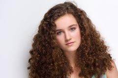 Elegante tiener met lang krullend haar Stock Foto