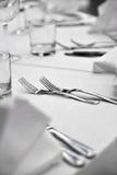 Elegante Tischbesteckanordnung auf Abendtische Stockfotos