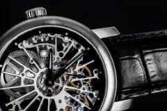 Elegante Uhr mit sichtbarem Mechanismus, Uhrwerk Zeit, Mode, Luxuskonzept Stockfotos