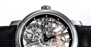 Elegante Uhr mit sichtbarem Mechanismus, Uhrwerknahaufnahme Lizenzfreie Stockfotografie