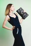 Elegante uitrusting Modieuze vrouw met zwarte handtas Stock Afbeelding