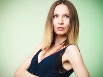 Elegante uitrusting Portret van jonge modieuze vrouw Royalty-vrije Stock Afbeelding
