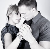 Elegante und glückliche romantische Tanzenpaare Stockfoto