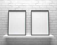 Elegante und minimalistic zwei Bilderrahmen, die auf grauem wal stehen stockbild