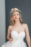 Elegante verfijnde jonge bruid stock afbeelding