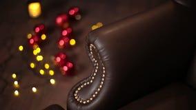 Elegante verzadigde glanzende gouden leertextuur van bankstoel, Bruine leerachtergrond stock video