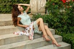Elegante, vorzügliche und stilvolle junge Dame wirft auf Treppe des schönen Zustandes auf lizenzfreie stockbilder