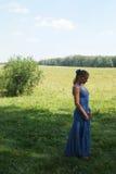 Elegante vrouw in blauwe kleding Royalty-vrije Stock Foto