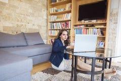 Elegante vrouw die aan laptop werken Stock Foto