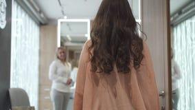 Elegante vrouw die aan luxury spa salon komen stock video