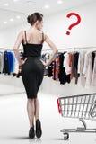 Elegante vrouw die in een opslag winkelen royalty-vrije stock foto's