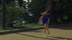Elegante vrouw die haar enkel verdraaien terwijl het lopen op straat stock footage