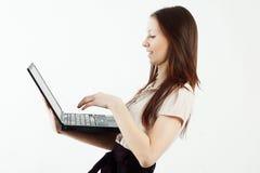 Elegante vrouw die laptop met behulp van Royalty-vrije Stock Foto's