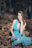 Elegante vrouw die zich in een park in de herfst bevindt Stock Afbeelding