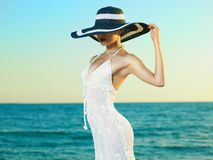Elegante vrouw in een hoed op zee Stock Afbeeldingen