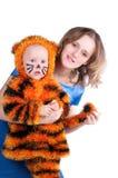 Elegante vrouw en het meisje in een kostuum van een tijger Stock Foto's