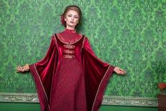 Elegante vrouw geklede uitstekende kleren in retro binnenland stock afbeelding