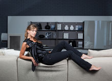 Elegante vrouw in huisbinnenland royalty-vrije stock fotografie
