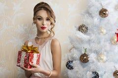 Elegante vrouw in Kerstmisportret royalty-vrije stock foto