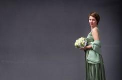 Elegante vrouw met boeket op hand stock afbeeldingen