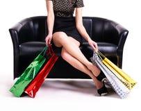 Elegante vrouw in zwarte kleding met het winkelen zakken. Stock Foto's