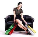 Elegante vrouw in zwarte kleding met het winkelen zakken. Royalty-vrije Stock Foto