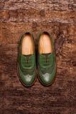 Elegante vrouwelijke schoenen op een houten oppervlakte Royalty-vrije Stock Afbeeldingen