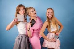 Elegante vrouwen die de portefeuille van de handbeurs houden Stock Afbeeldingen