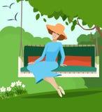Elegante vrouwenzitting op een tuinschommeling Stock Afbeelding