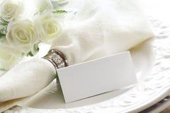 Elegante weiße Platz-Einstellung mit Karte Stockbild