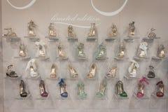 Elegante weibliche Schuhe auf Anzeige bei Si Sposaitalia in Mailand, Italien Stockbild