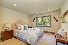 Elegante witte slaapkamer met het bed van de koningingrootte en nightstands Royalty-vrije Stock Fotografie