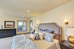 Elegante witte slaapkamer met het bed van de koningingrootte en nightstands Royalty-vrije Stock Foto's
