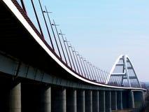 Elegante witte staal overspannen brug met overgehelde straatlantaarns royalty-vrije stock afbeeldingen