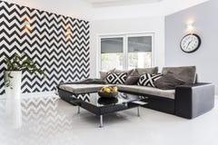Elegante woonkamer met witte betegelde vloer stock foto's
