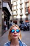 Elegante y tienda a la hembra en el ambiente urbano que mira a usted Fotos de archivo libres de regalías