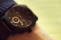 Elegante zufällige Uhr an Hand Lizenzfreies Stockfoto