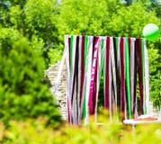 Elegantemente saboroso decorado com o arco do casamento das fitas, verão Foto de Stock Royalty Free