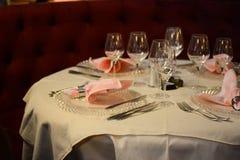 Eleganter Abendtisch Stockfoto