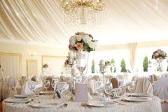 Eleganter Abendtisch mit Blumendekoration Stockfoto