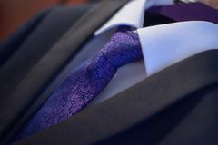 Eleganter Anzug der Nahaufnahme mit weißem Hemd und purpurroten silk der Krawatte gebunden in einem Windsor-Knoten lizenzfreies stockfoto