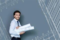 Eleganter Architekt, der mit neuen Grafiken steht und froh schaut Stockfotografie