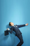 Eleganter Banker, der versucht, den Koffer heraus zu werfen stockfotografie